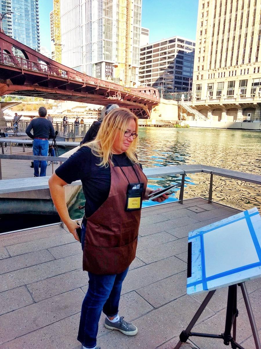 Monika Arturi plein air painting on chicago riverwalk